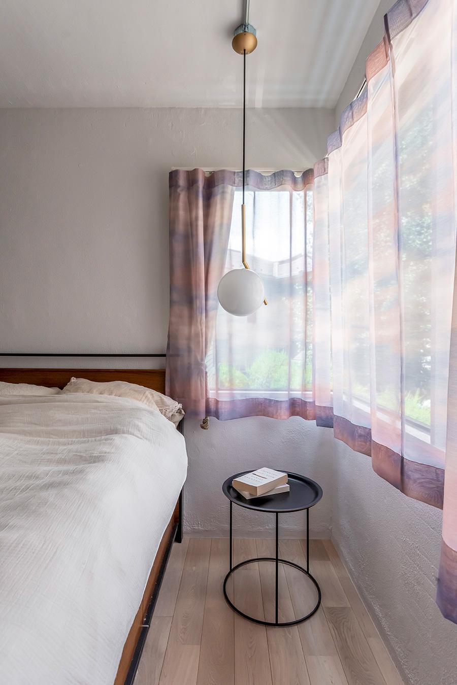 淡いピンクのカーテンは「ieno textile」。
