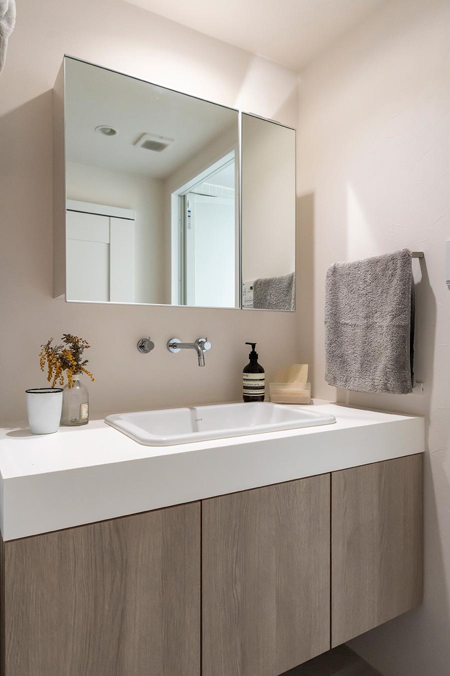 洗面台は白とベージュでスッキリと。