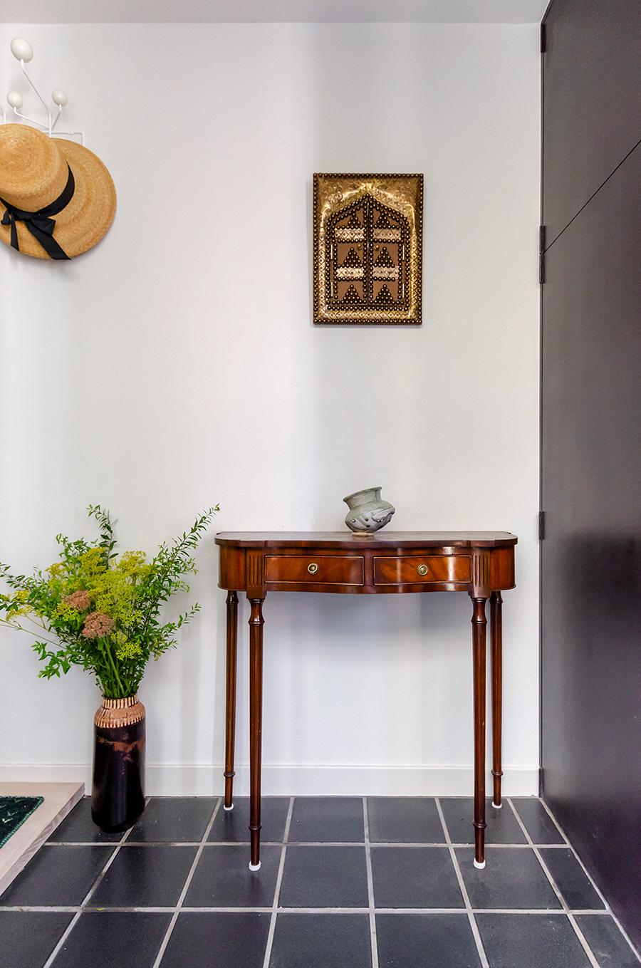 玄関にはアンティーク調のコンソールテーブル。