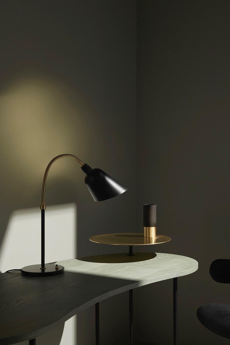 45°にカットされたシェードと、照らしたい方向へ光を向けることができるフレキシブルなアームが特徴。