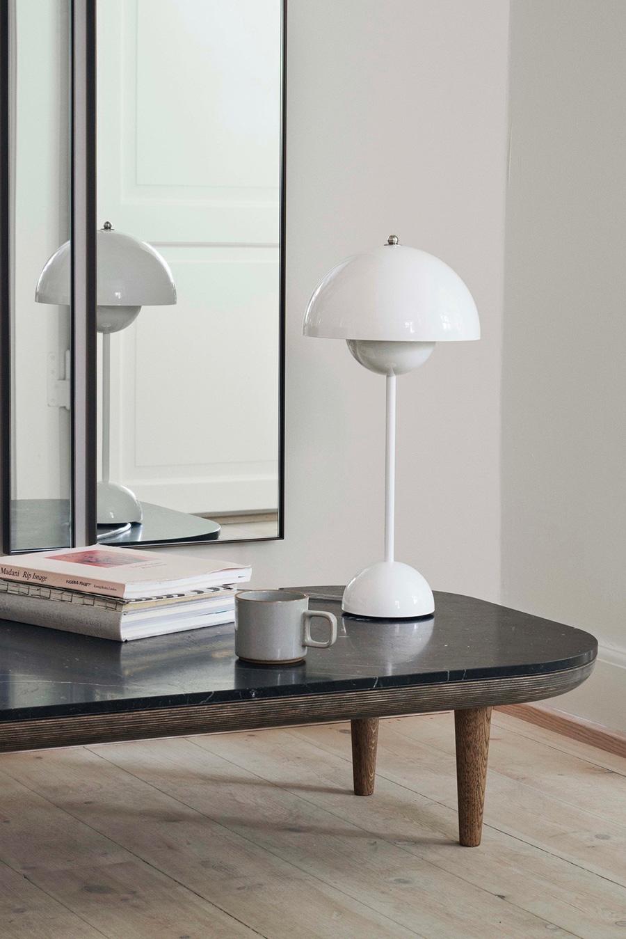 明かりを灯さなくても存在感のあるテーブルランプ。