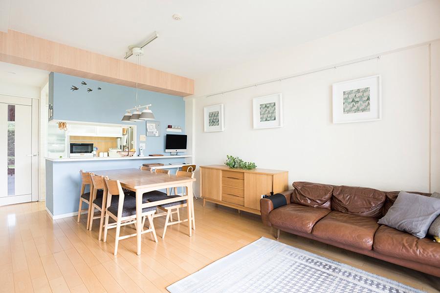 すっきりとして広さを感じさせるリビング。キッチンの仕切りはDIYで薄いブルーに塗装したそう。