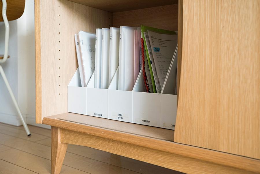 ワークスペースが隣接する側には、プリントや書類を仕分けして保管。