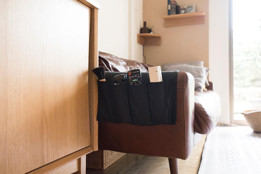 IKEAのリモコンポケットを愛用。ここにあれば家族も片付けてくれる。
