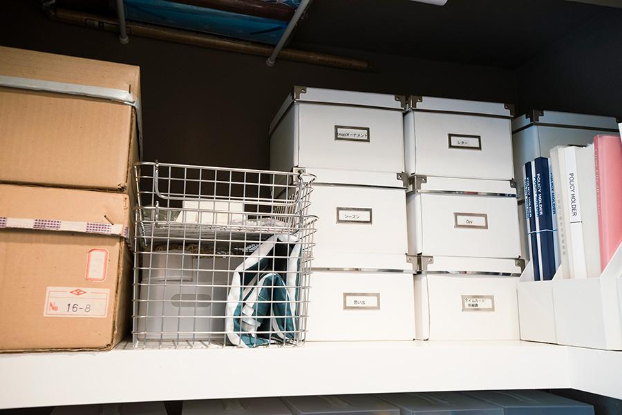 上段には、季節のイベントグッズや取っておきたい思い出の品などをそれぞれのボックスに入れて。