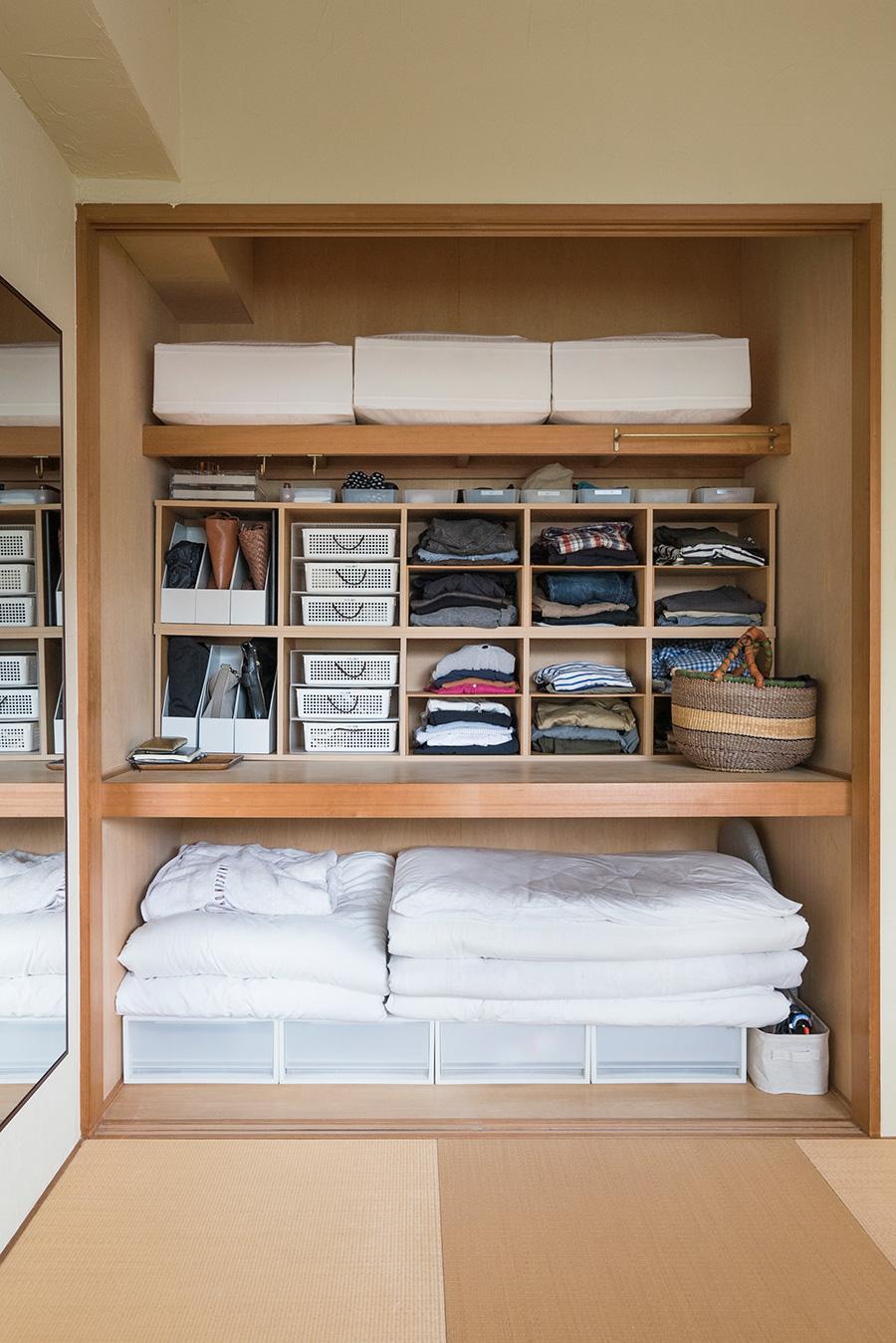 押し入れを活用。下段には布団と、衣装ケースを使ってシーツ類を収納。