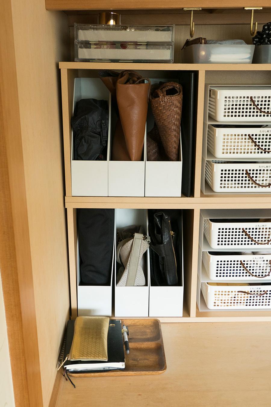 カバンもひとつずつファイルボックスを使用。立たせて保管することができる。