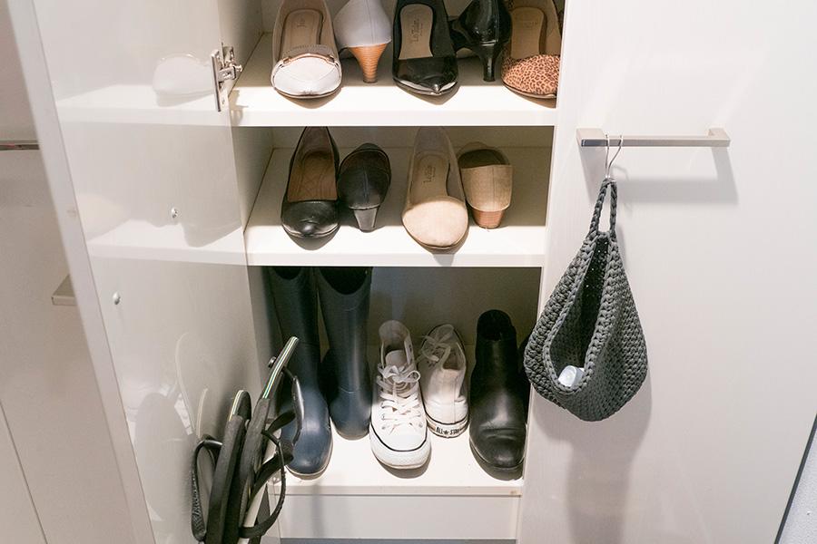 こちらは玄関の靴箱。靴の前後を逆にすることでスペースを確保。