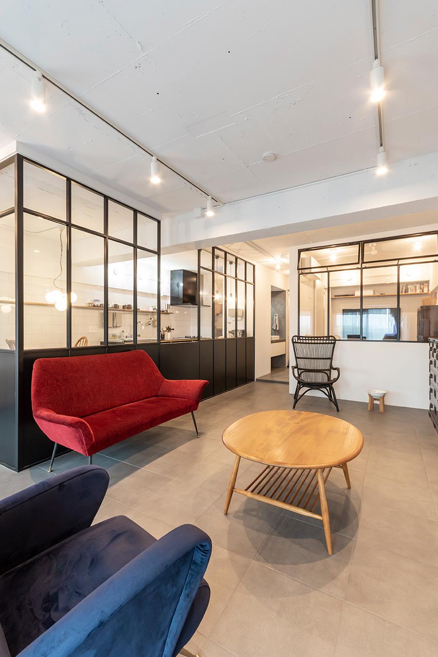 赤いソファは「Lloyd's Antiques」のもの。