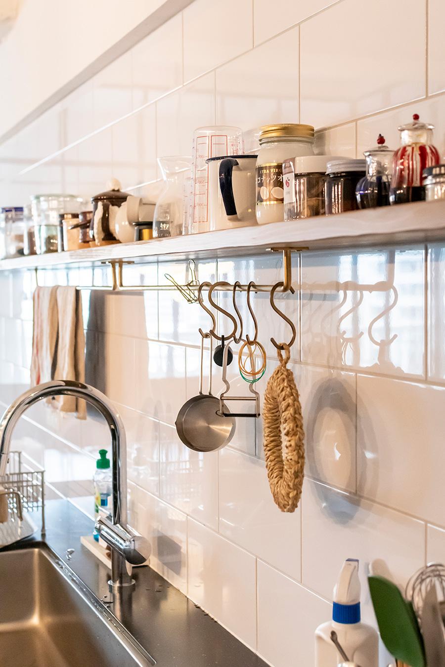 キッチンの壁は光沢のある白タイルを馬貼りに。