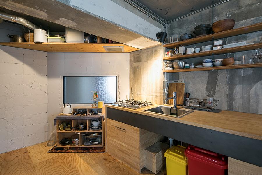 ゴムの集成材の天板とアイアンを組み合わせたキッチンは『スマサガ不動産』が設計、施工。キッチンの下のキャスター付きの引き出しはDIYした。