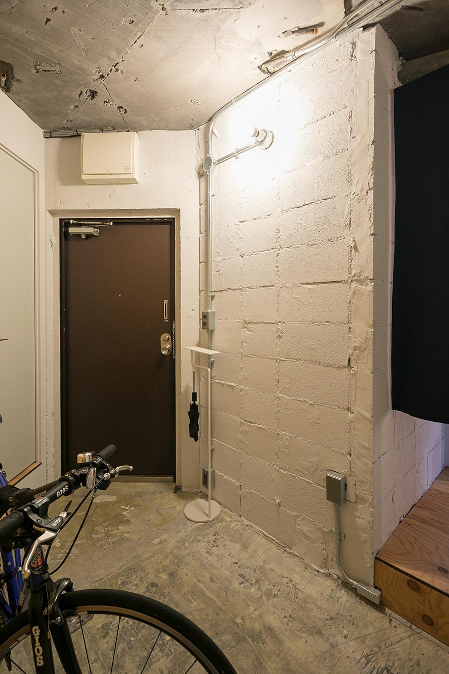 自転車をラクラク置ける広い玄関。壁は自分たちで白にペイントした。