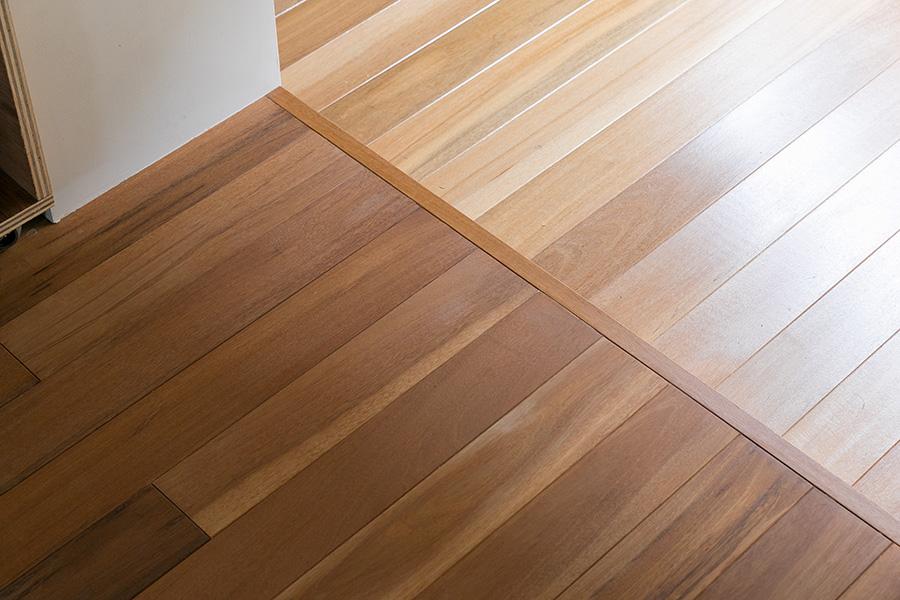 「お部屋の床と同じセランガンバツを玄関にも張って、すっきりとした統一感と視線のつながりを狙いました」と星野さん。