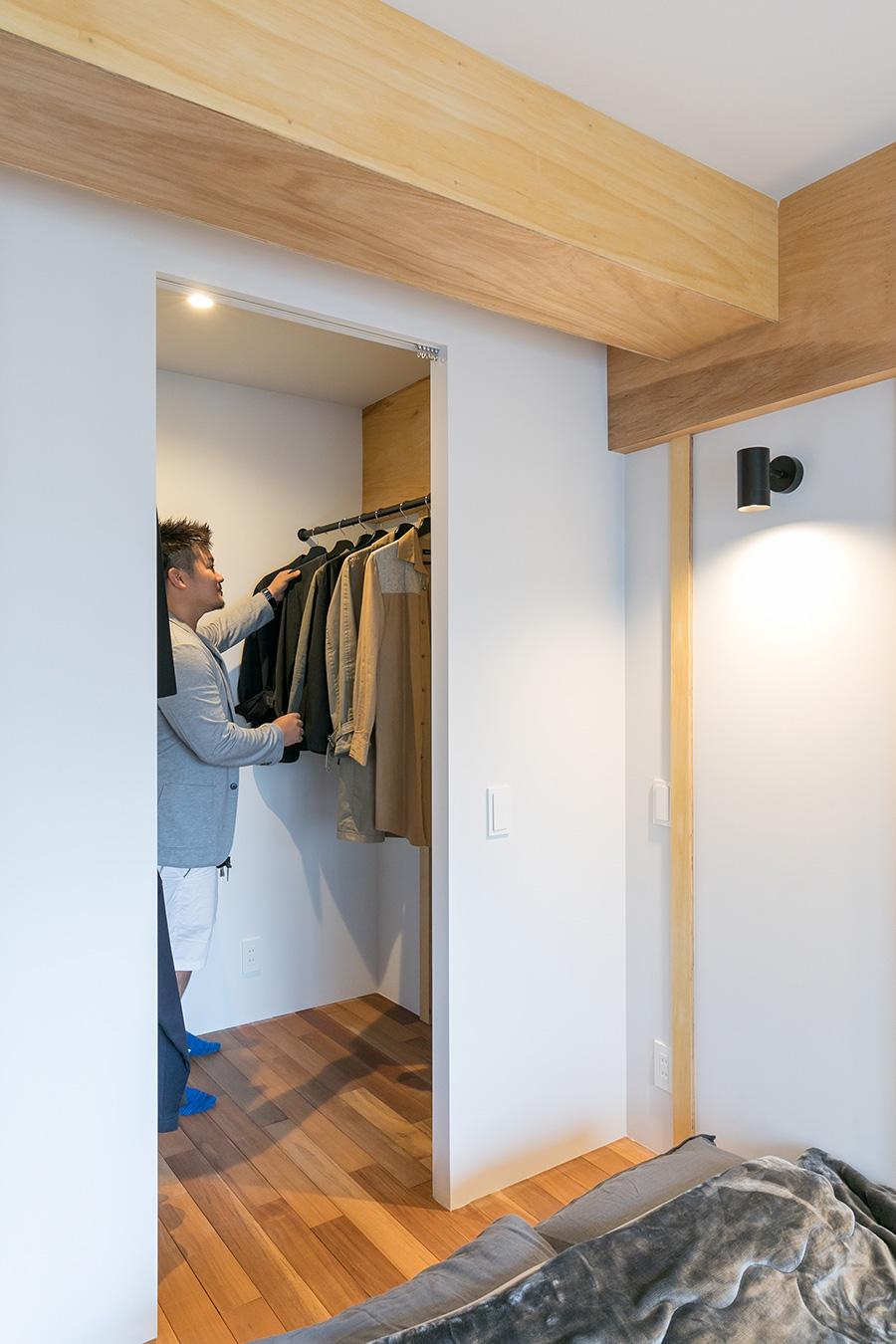 寝室に隣接して設けたウォークインクローゼット。LDKからはちょうど死角になっていて見えない。