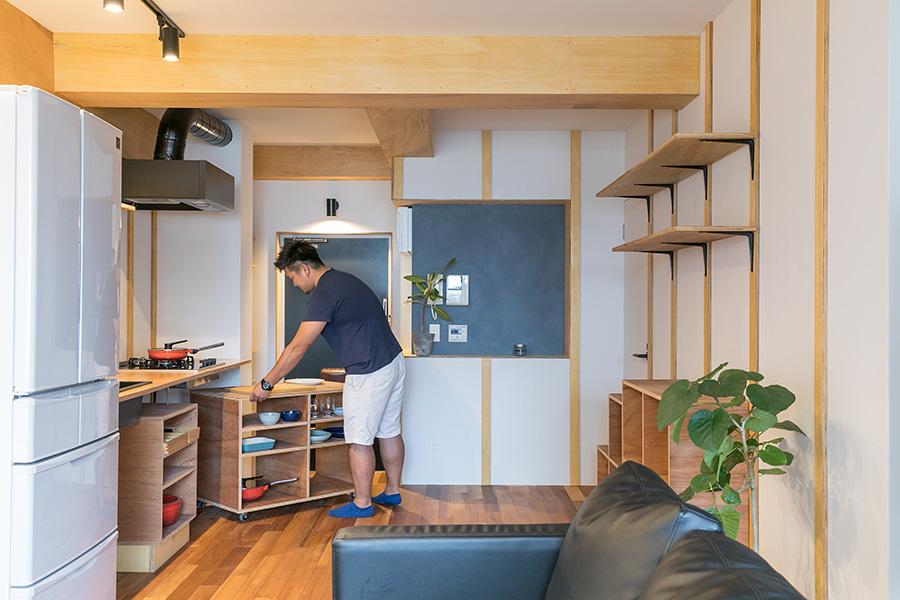 キッチンカウンター下の棚にはキャスターがついていて、作業台として使うこともできる。