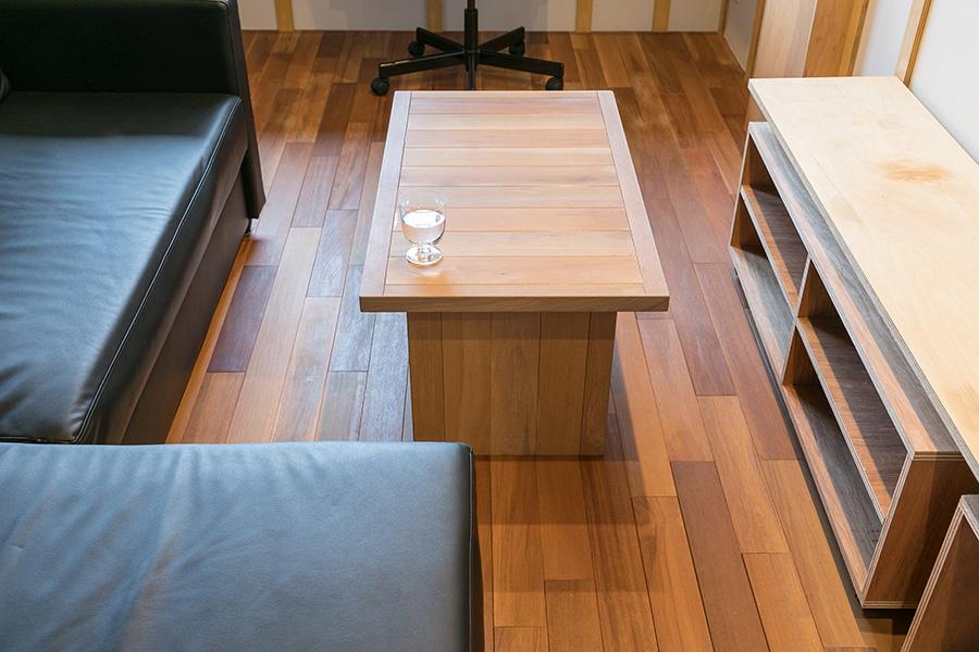 知り合いの家具屋さんに新居祝いとしてつくってもらったテーブル。「フローリングと同じ材を使っていて、ラインがピッタリ揃うところが気に入っています」(平岡さん)。