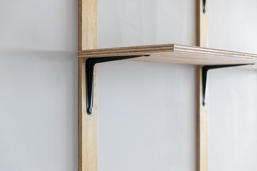 付け柱は、意匠的な意味合いだけでなく、棚などを自在に取り付けられるという特性も持っている。時計や絵画などを飾る時にも便利。