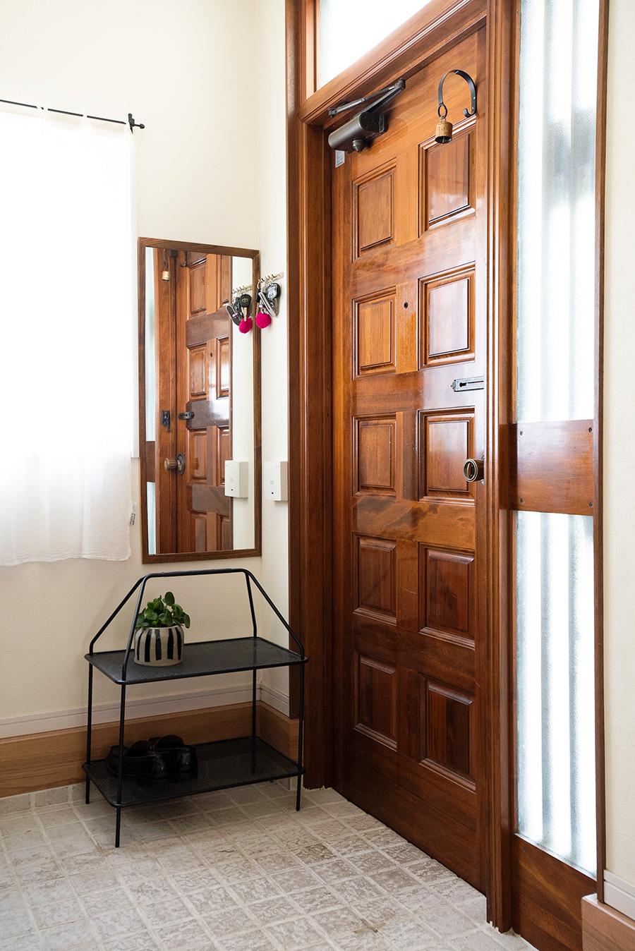 鍵置き場は玄関を入ったときに死角になる位置に。鏡の下は、靴の仮置き場。欲張って何足も置かず、上には植物などを飾ると生活感をカバーできる。