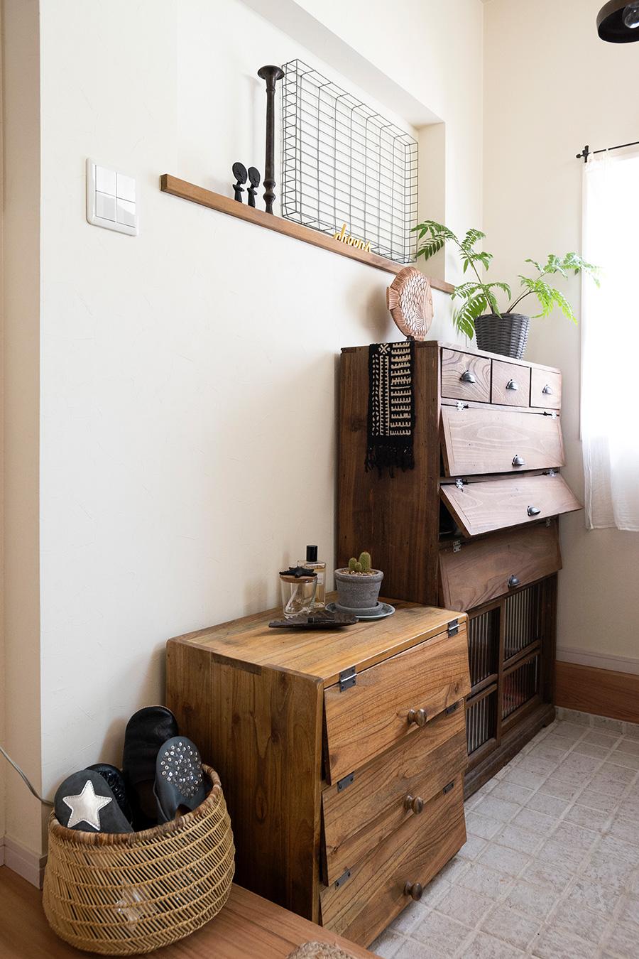 玄関の正面は特に美しく見えるように。古道具にグリーン、お気に入りの雑貨をアレンジ。ニッチも設けてディスプレイを楽しんでいる。
