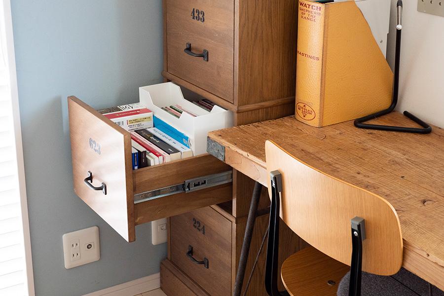 引出しを引き出すと、座って机に向かいながらすぐに本に手が届く。