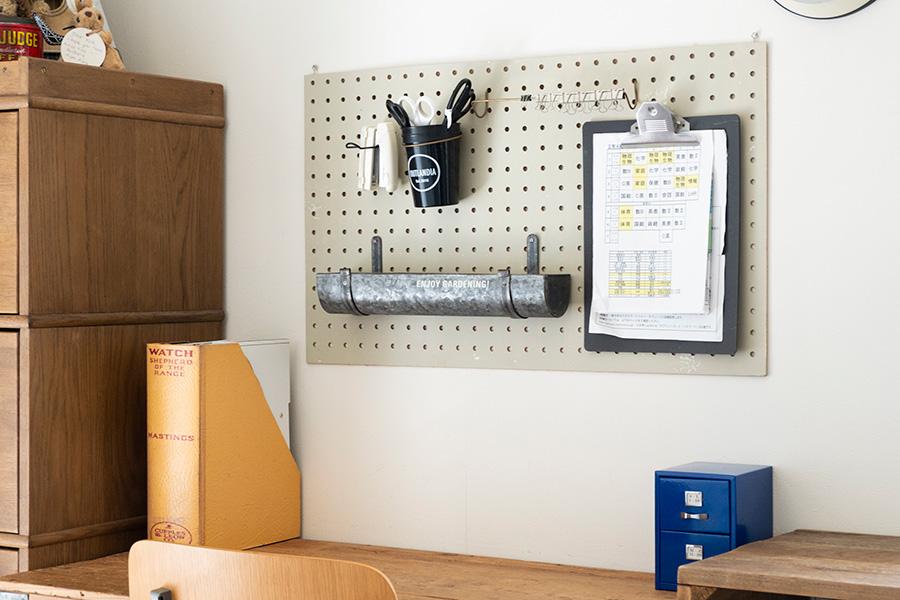 有孔ボードを活用。学校のプリントなどがいつも確認できて便利。