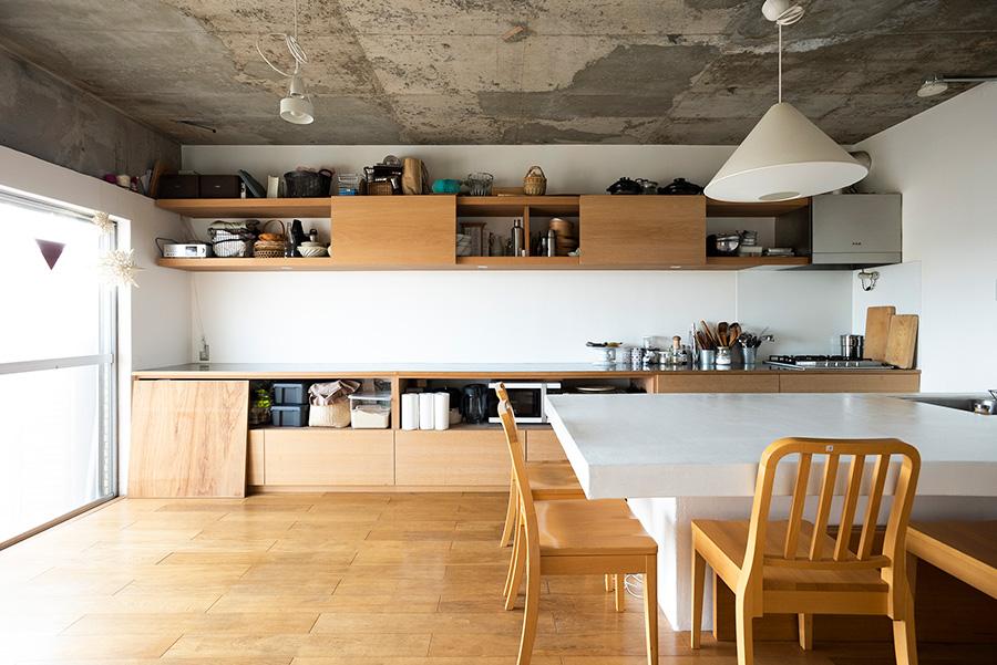 大人数のパーティーにも対応できるキッチン&ダイニング。「大きなダイニングテーブルを置きたくて、板を組んで上から漆喰を塗装してもらいました」。