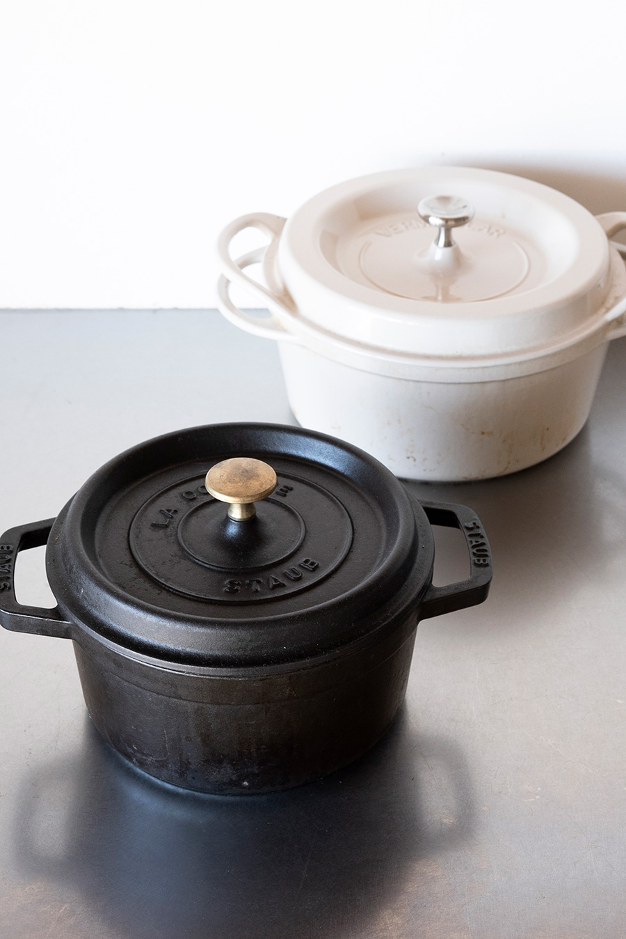 重さがあって蓋がしっかりしまるのが、おいしさの秘訣。お鍋ごとテーブルに出しても、華やかな演出になる。