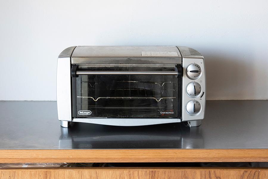 デロンギのコンベクションオーブンは先代から10年程使い続けている。手作りピザもおいしく焼ける。