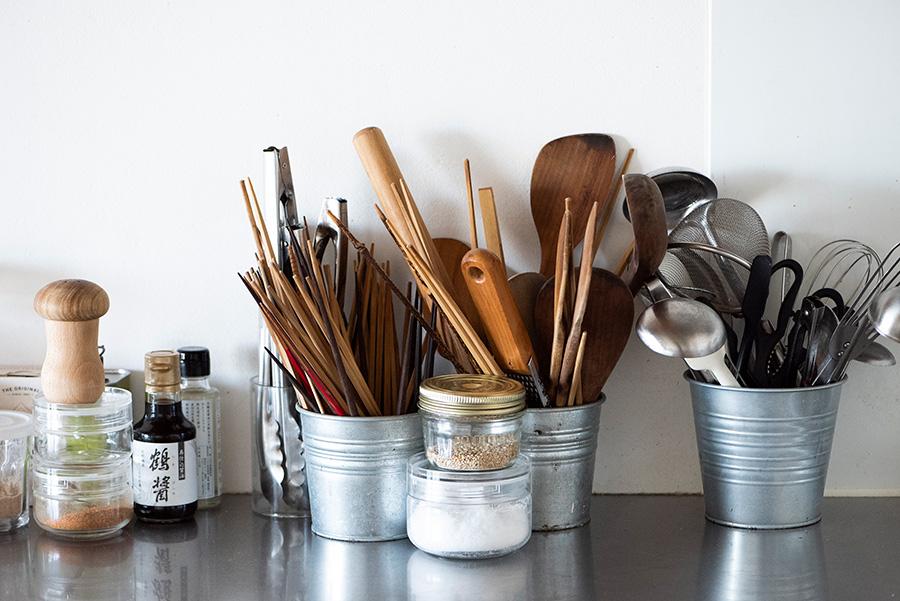 調理器具はすぐに使えるようコンロ横にスタンバイ。素材別に分けてアルミの入れものに。