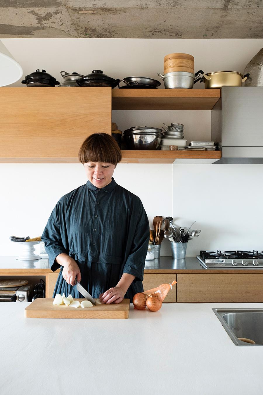 料理家・稲垣晴代さん。目黒通りで和のお惣菜をベースにしたケータリングのお店「MOMOE」を営む。
