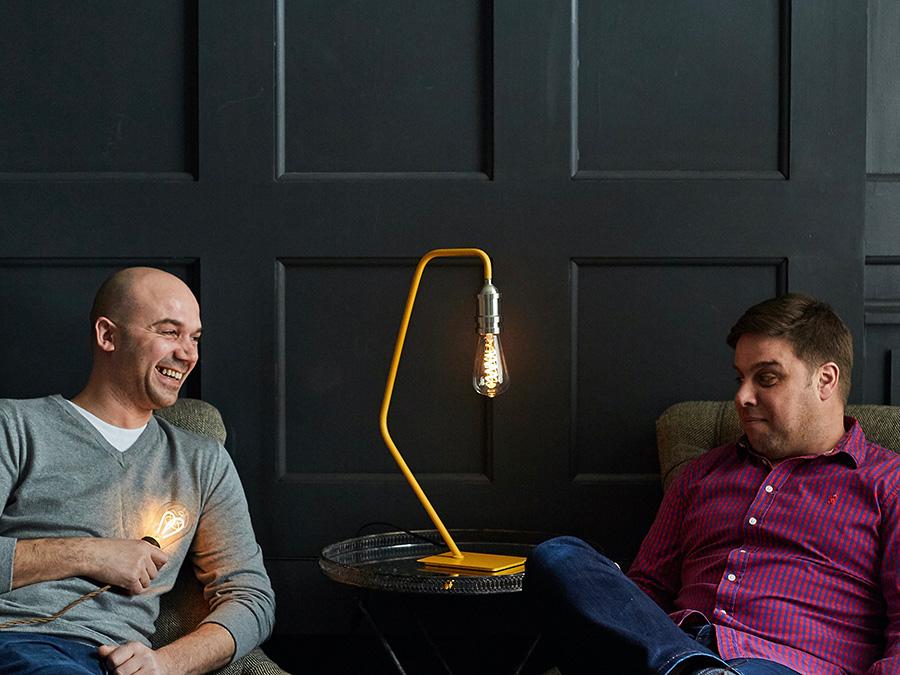 照明メーカーオーナーのクリス・ストムソンとバジャー・シュコドラ