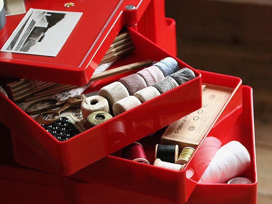 散らかりがちな小物を美しく収納。180度開くので中の物が見やすく、取り出しやすい。