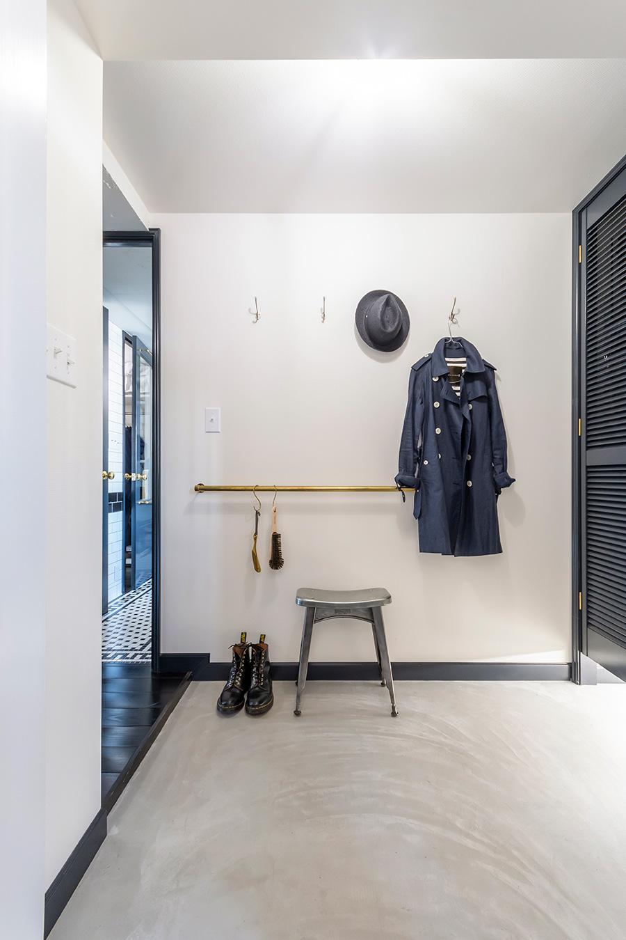 玄関の床はモルタルでシックな印象に。