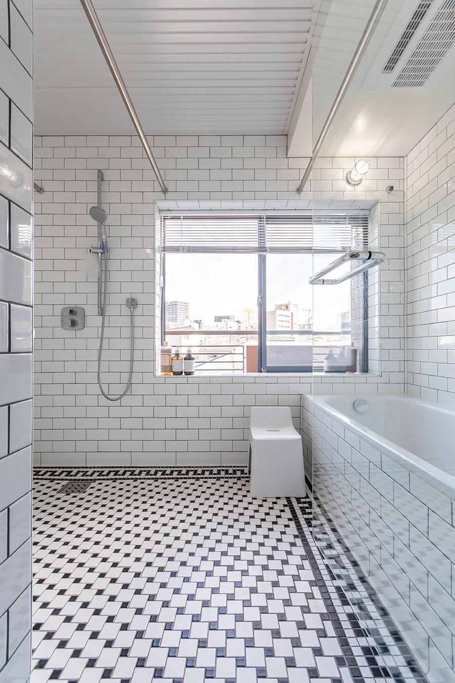 浴室面積は約4.5㎡。タイルはキッチン床とお揃い。