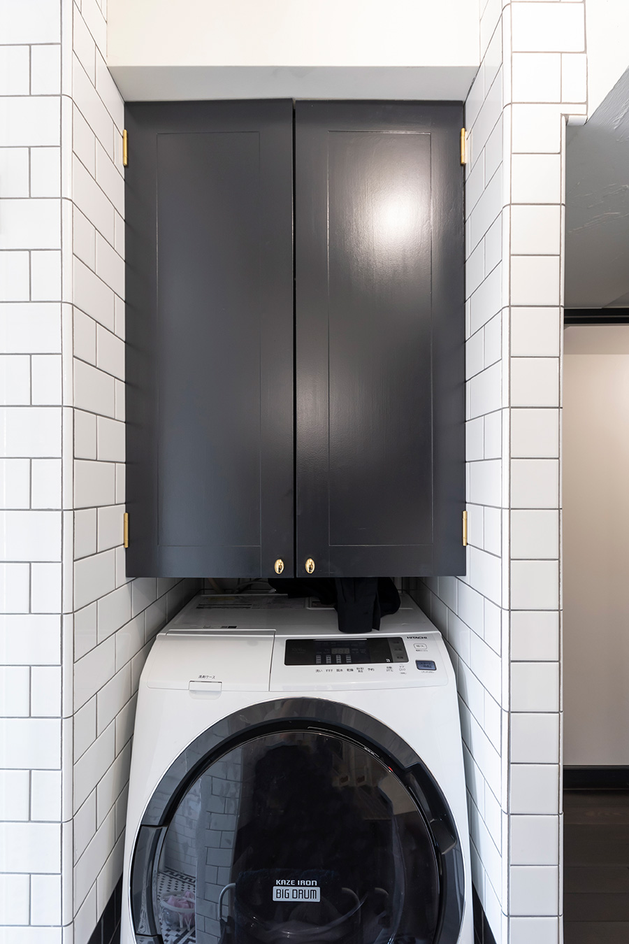 洗濯機の上に扉を設置。扉を開けると…