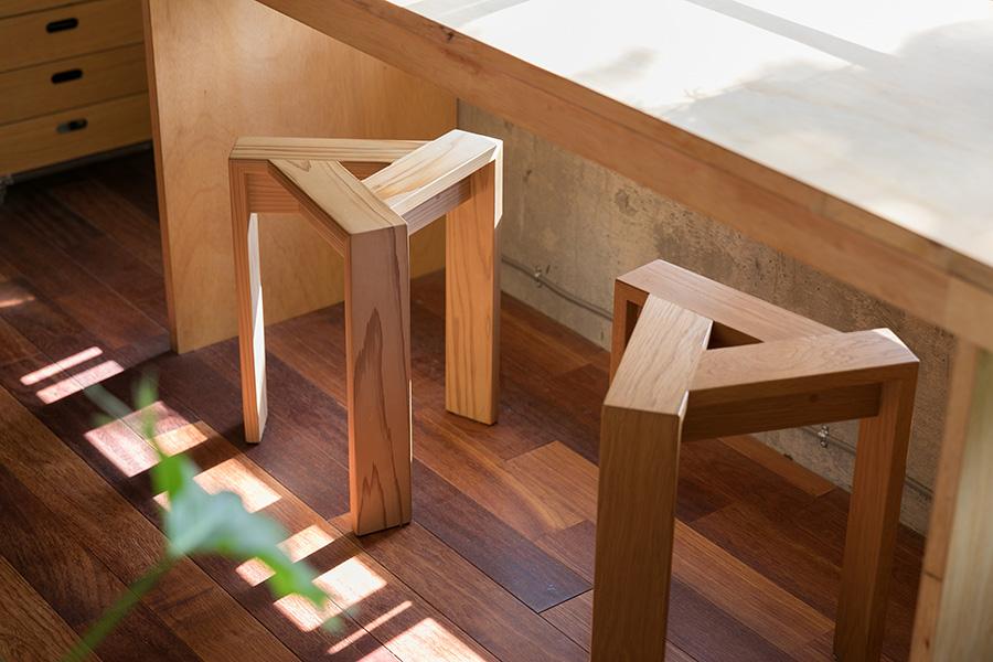 佐賀の『シムススタイル』の三角形のスタッキングスツールは、様々な木材の間伐材で作られている。