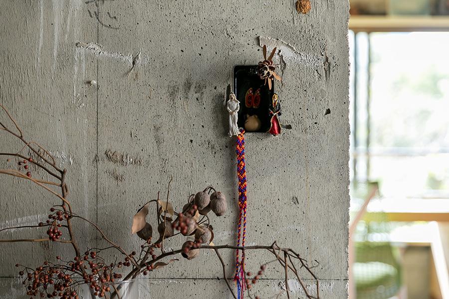 スイッチボックスとして使われていた柱の窪みに、世界各地のスーベニールを飾って。