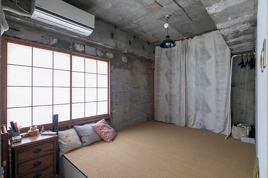 障子+サイザル麻で和の雰囲気に。「普段はここに布団を敷いて寝ています」