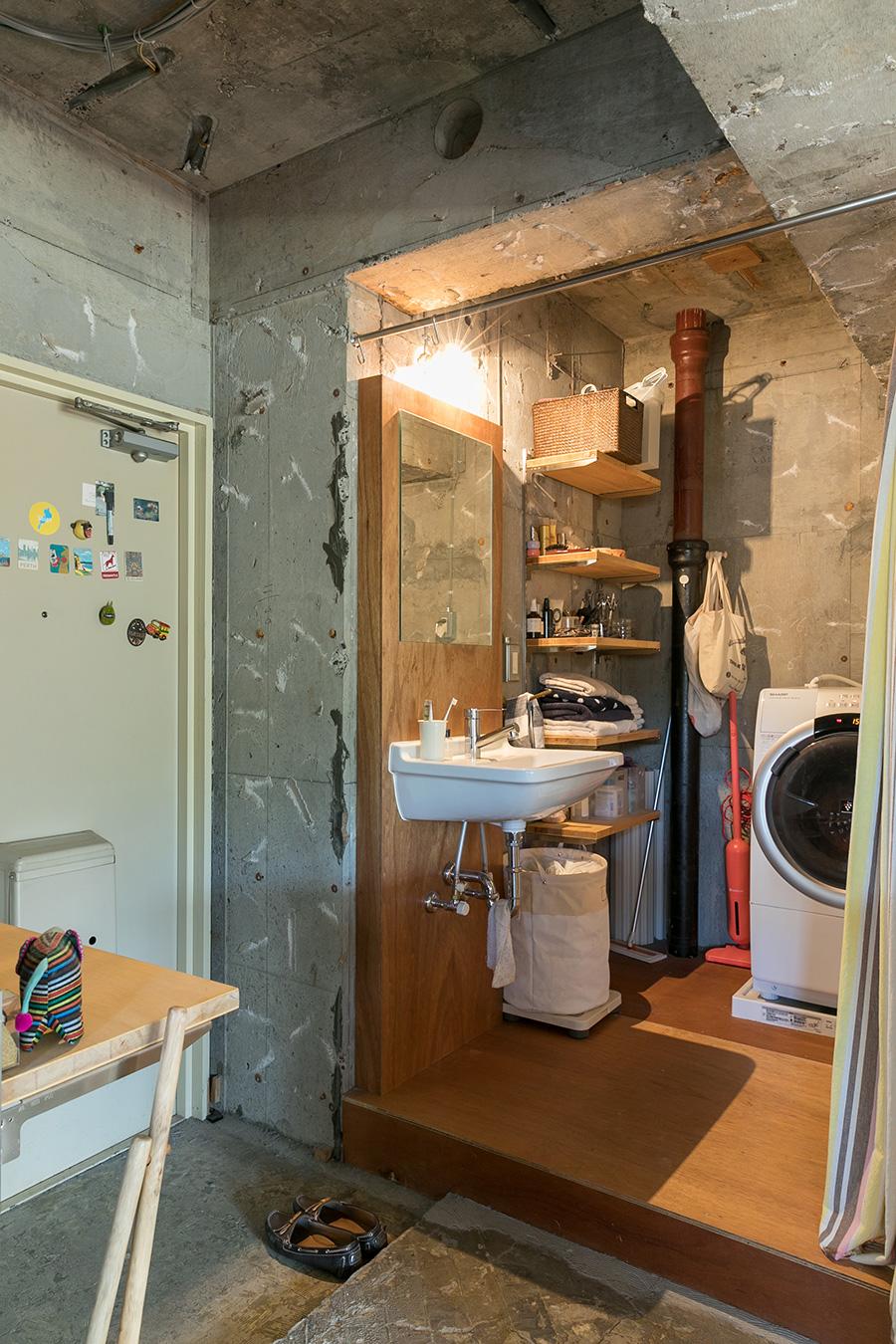 省スペースのため、上階からの排水管は囲わなかった。「水の音はそんなに気になりません。排水管は鉄素材なので、磁石のフックをつけて便利に利用しています」