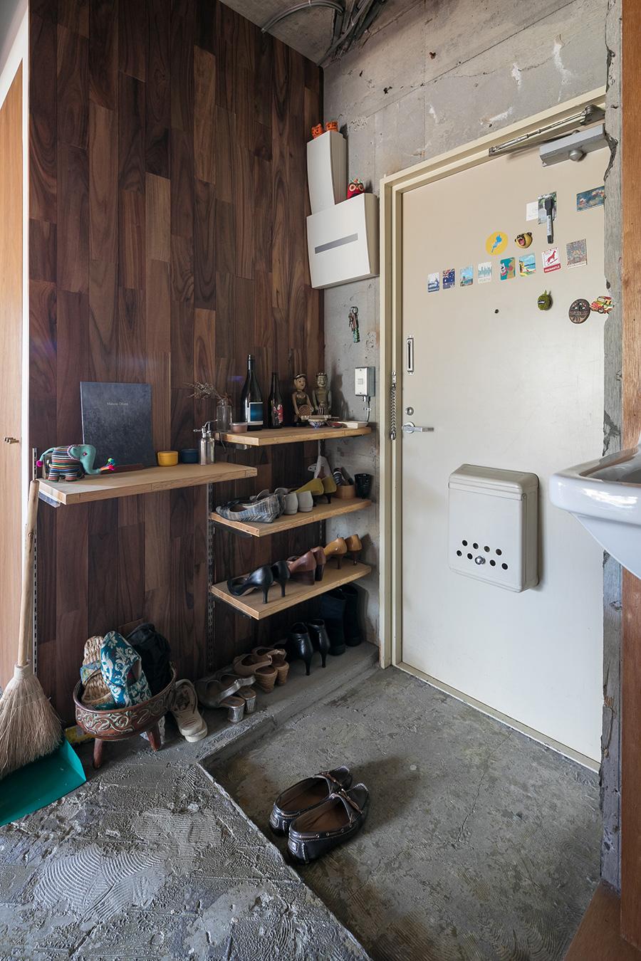 玄関の壁にはローズウッドを。DIYしたダイニングテーブルの天板の材料はこのローズウッドの端材。