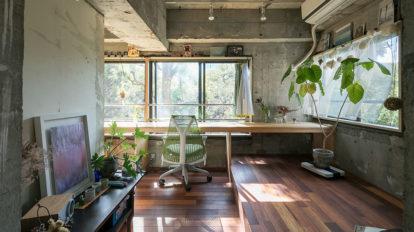 窓一面に広がる緑に一目惚れ 部屋の中央の柱を回遊しながら 場面が変わる多彩な表情の住まい