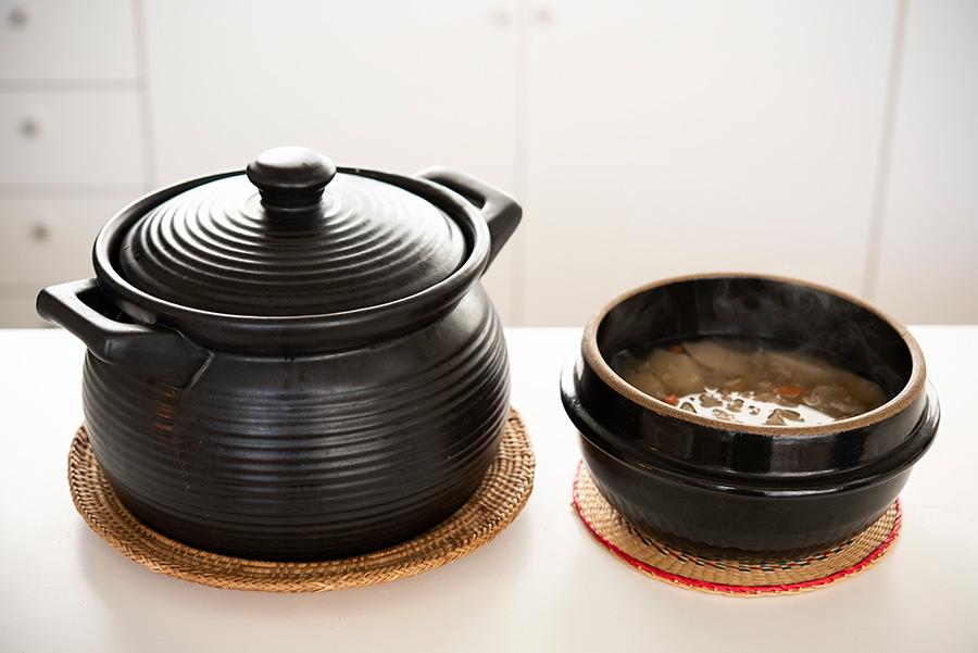 左は台湾の金物屋さんで購入した土鍋。「琺瑯や鋳物のお鍋よりも旨みが出ると思うんです」。右は韓国の土鍋。デザートスープなどを作るのにちょうどよいサイズ。