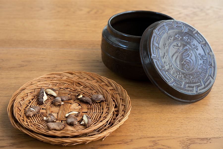 韓国製のザルは、シイタケやショウガなど、食材を乾燥させるのによく使う。右はキムチ壷。通気性がよく、ボウルで漬けるより味がまろやかになるそう。ユズ大根、ハクサイ漬けにもおすすめ。