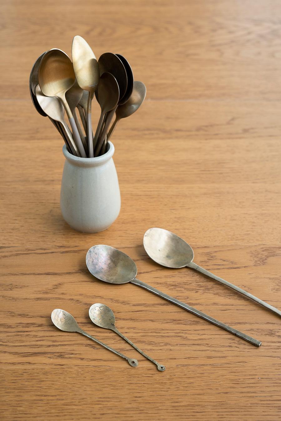 韓国のお匙スッカラは、中国のヨーグルトの器に入れていつもキッチン台の上に。平たいのでビビンバなど混ぜるときにも使いやすい。手前は真鍮のアンティーク。