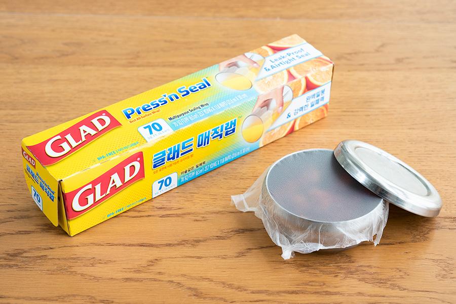 粘着力のあるラップは、保存容器の蓋の下に一枚噛ませることで匂いが移らなくなる。韓国製のステンレスのタッパーは、プラスチックと違って見た目もよく、スタッキングできるのがお気に入り。