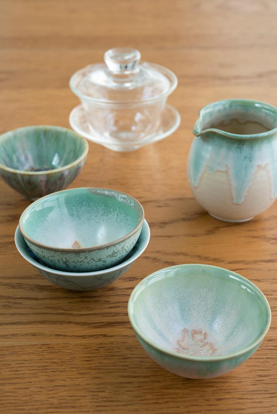 台北から電車で30分の陶磁器の街、鶯歌で買った青磁の湯のみ、台中の有名茶藝館の作家もの、ガラスの蓋椀…。自然な風合いがお気に入り。