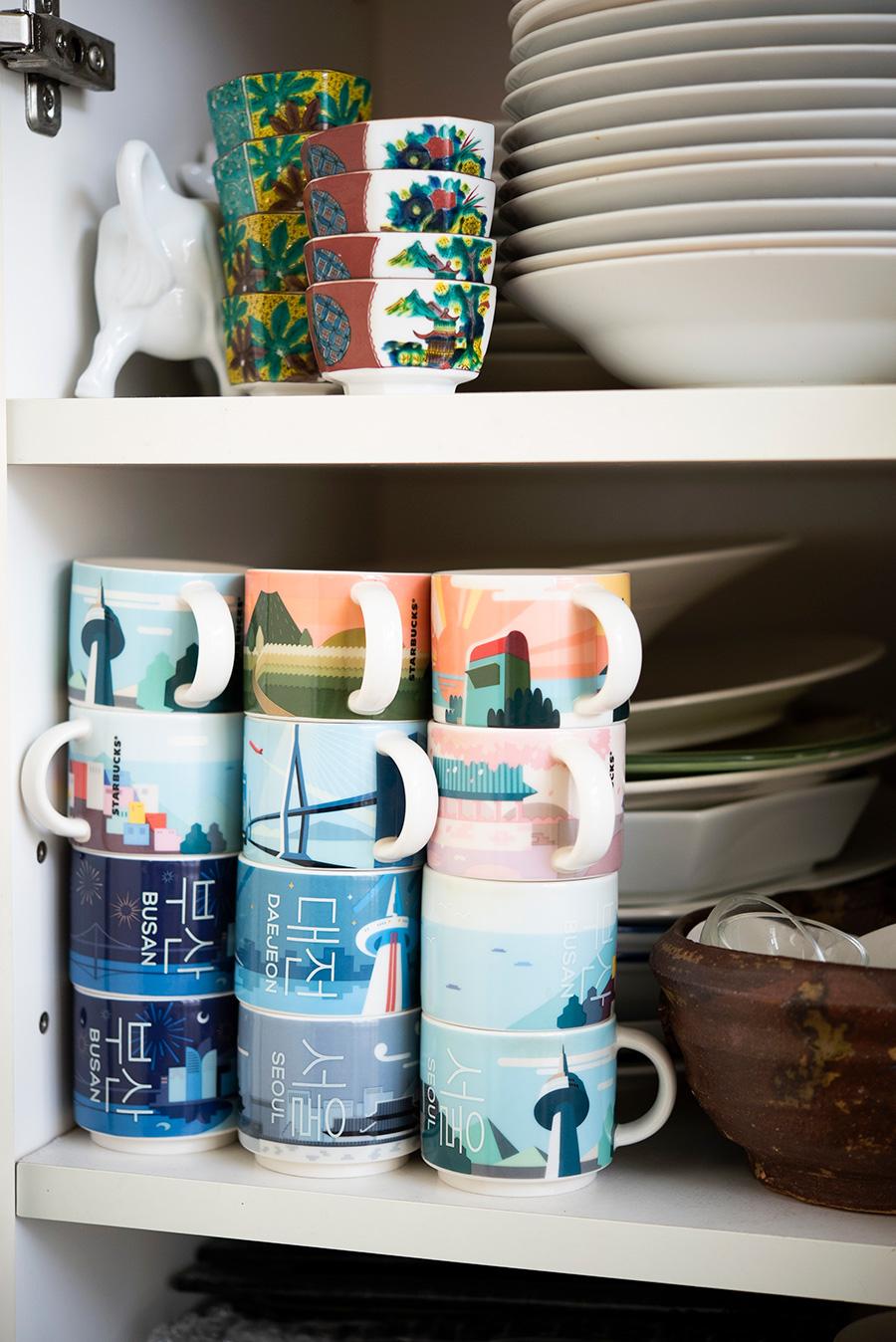 韓国のスターバックスで売られているデミタスカップは、スタッキングできて便利。韓国の街の名前がハングルで入れられている。