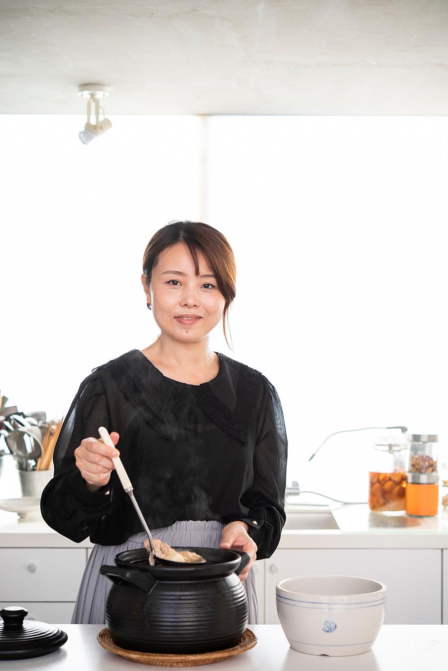 アジア料理研究家、国際中医薬膳師の外処佳絵さん。アジア各国で学んだ料理を、自宅で開く料理教室「PANDA KITCHEN」で伝える。