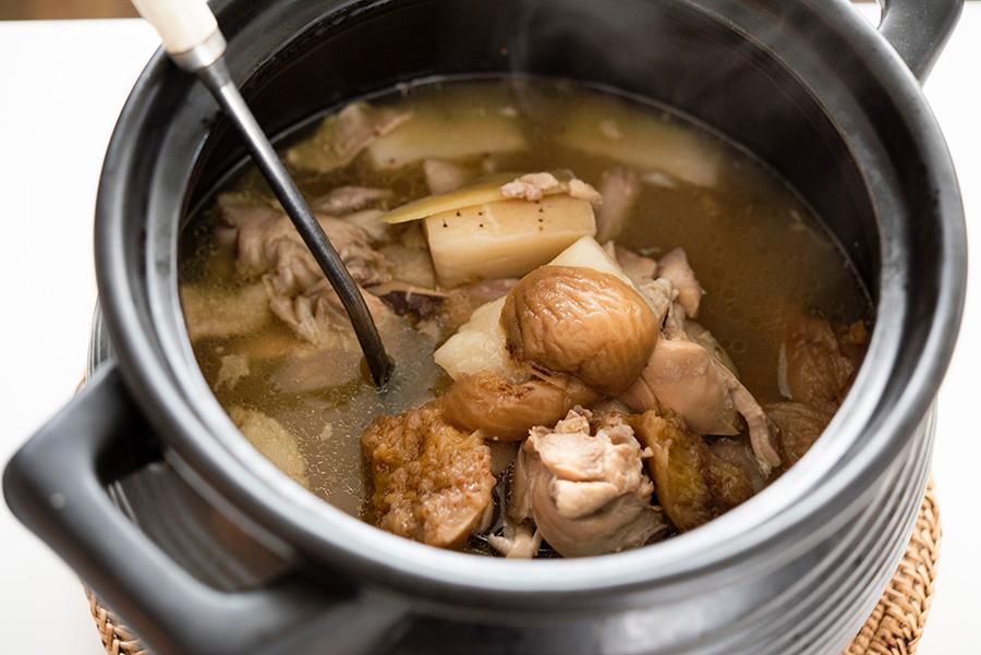 骨付き鶏肉、長イモ、イチジクを使った、これからの季節におすすめの薬膳スープ。夏の疲れを癒し、胃腸を強めて風邪をひきにくいカラダにしてくれる。