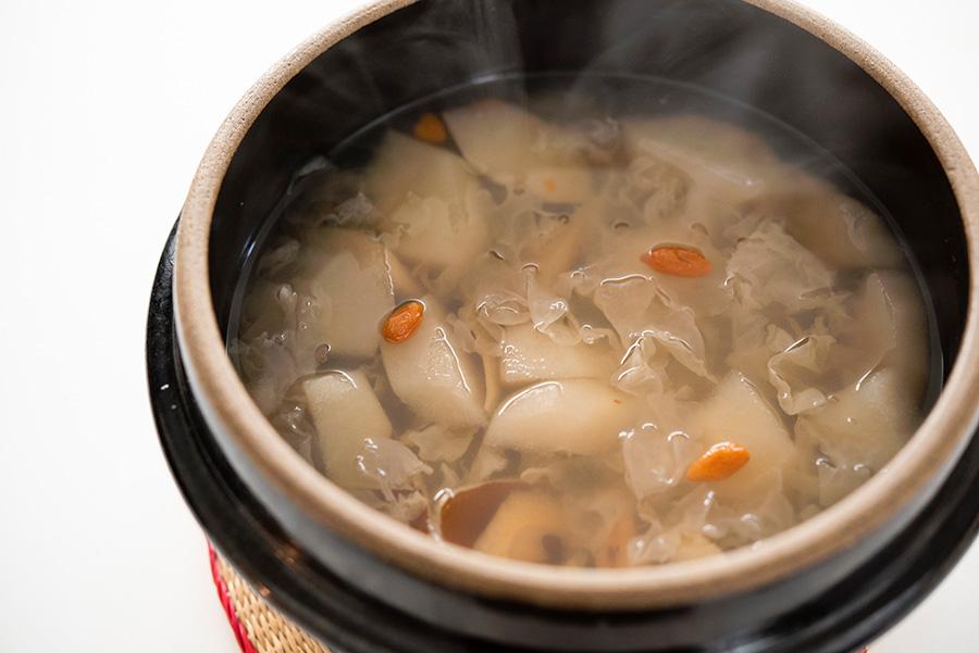 美肌に効くデザートスープ。ナシに白キクラゲ、クコの実、蜂蜜、三温糖をブレンド。夏に乾燥した肌を、冬を迎える前に潤しておきたい。
